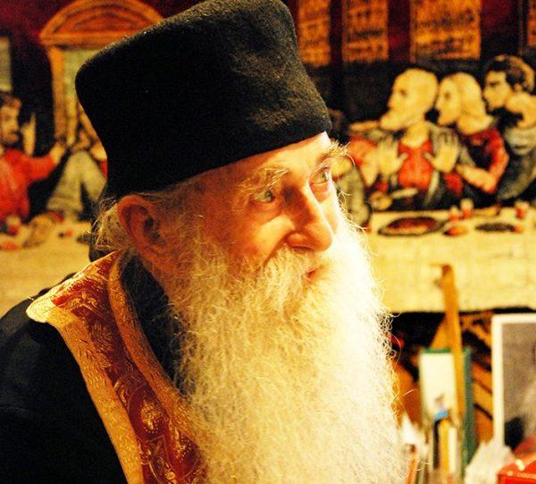 Părintele Arsenie Papacioc: Maica Domnului este supărată pe toţi aceia care nu-i cer niciodată nimic!
