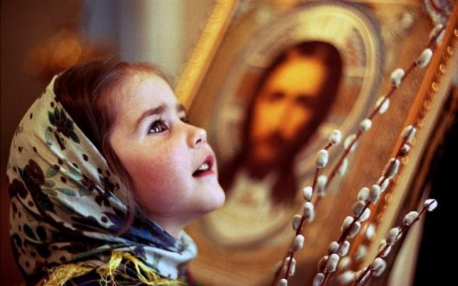 """""""Tatăl Nostru"""", înţelesurile ascunse ale rugăciunii. Ce înseamnă """"Vie împărăţia Ta"""", de ce Îi cerem Domnului pâine şi de ce spunem """"Amin"""" – explicaţiile preoţilor"""