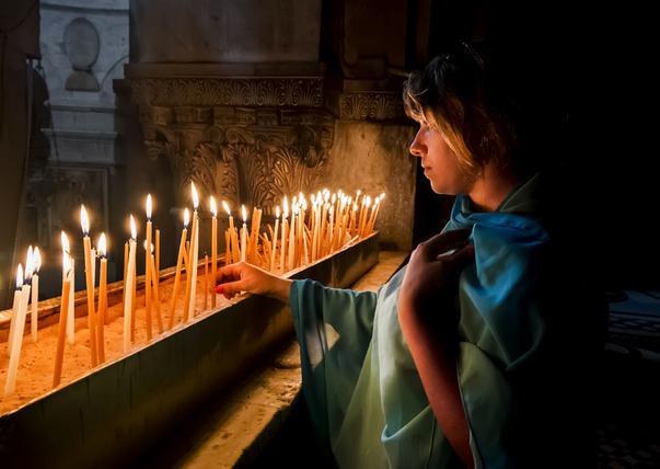 Ce se face pentru cel care a murit fără lumânare? Superstițiile sunt multe și fără temei