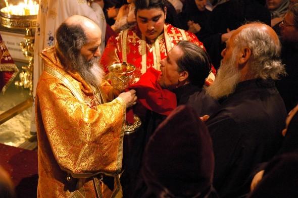 Credincioșii au voie să sărute icoane sau mâna preotului? Iată răspunsul: