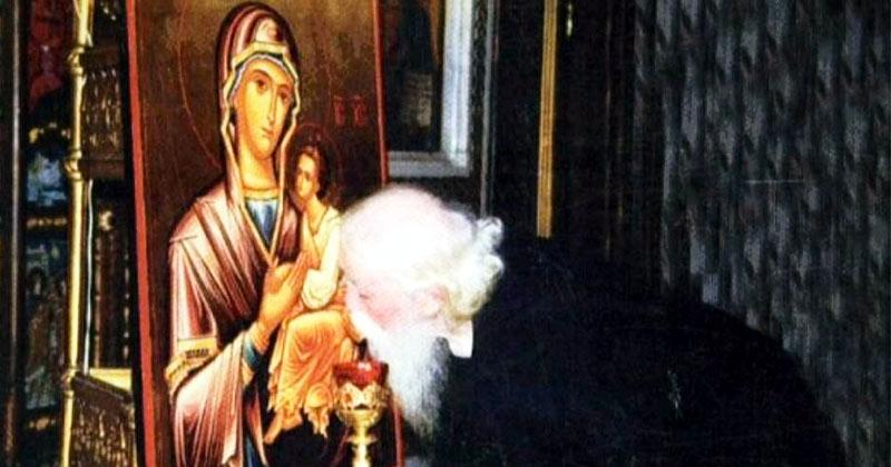 Părintele Cleopa: Cand vă închinaţi la sfintele icoane, să nu sărutaţi sfinţii pe faţă! Ce se întâmplă, te pune pe gânduri: