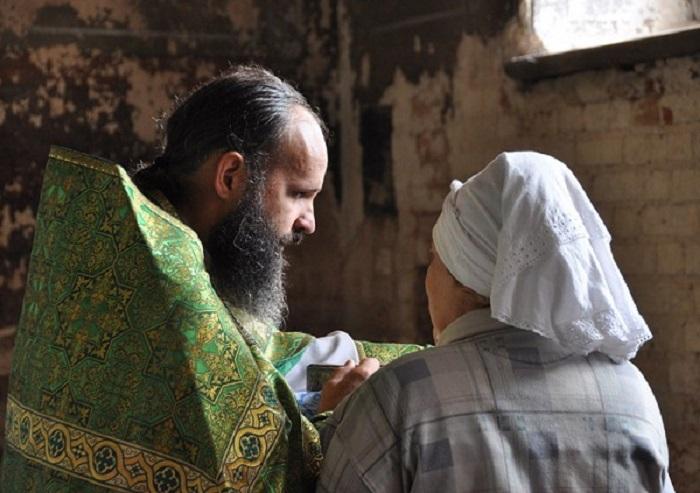 """O femeie cu sănătatea șubredă a venit la duhovnic să se plângă:""""Părinte, is tot bolnavă!"""" Răspunsul lui: """"Dumneata greșești…"""" Mare grijă, să nu faceți la fel! Cum a sfatuit-o să se vindece: Asta ajută pe multă lume:"""