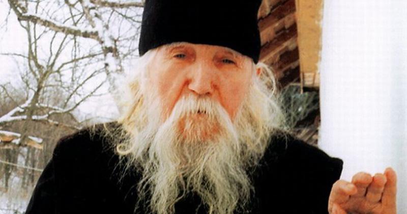 """PARINTELE CLEOPA: """"…În iarna anului 1971, eram de rând la Sfântul Altar. Am venit la biserică la ora 4 dimineata si îmi făceam rugăciunile pentru Sfânta Împărtăsanie în fata Sfintei Mese. Nu după mult timp intră o femeie…"""