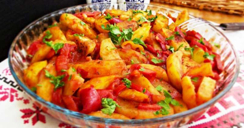 De post! Mâncare de cartofi la cuptor, cu busuioc și gogoșari în sos de roșii! De post, rapid! Mâncarea aceasta chiar te face să te lingi pe degete