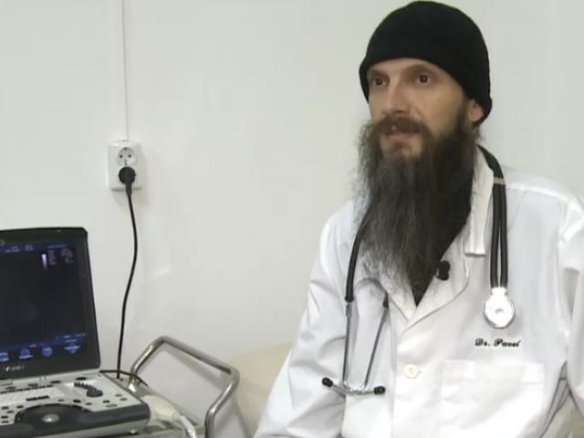Medicul calugar care oferă consultații gratuite la Mănăstire.Ca sa fie mereu aproape de oameni, si-a amenajat cabinetul medical la manastirea Turnu