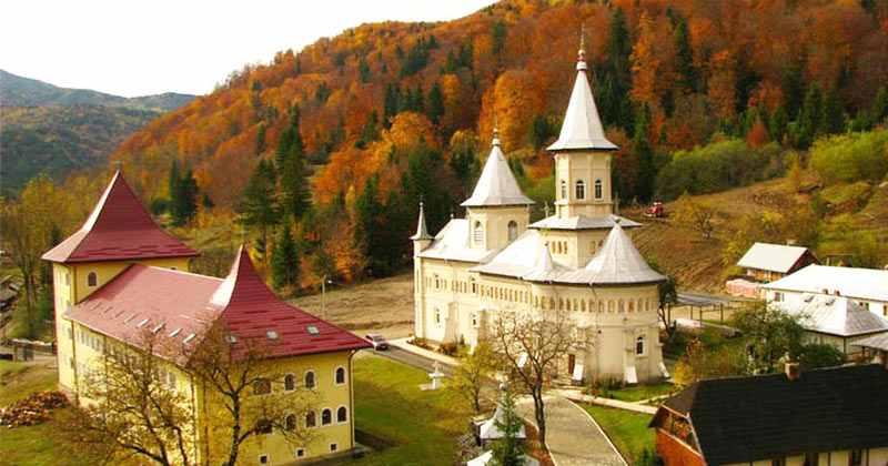 La Mănăstirea Nechit se săvârşeşte sâmbătă seara Taina Sfântului Maslu şi rugăciuni de dezlegare pentru toate nevoile! Tot atunci se ţin şi Molitfele Sfântului Vasile când este blestemat diavolul şi îndepărtat de la toţi credincioşii prezenţi!