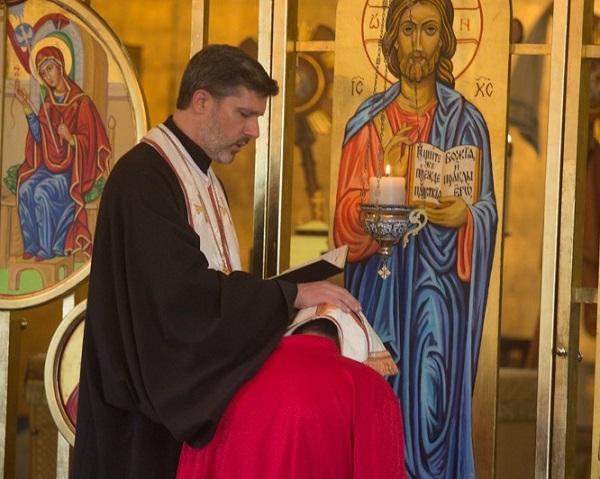 """O femeie a mers la duhovnicul ei și i-a spus prin ce trece. Atunci, părintele i-a spus așa: """"Stai în genunchi să îți citesc rugăciunea pentru divorț. Părinte, dar ce rugăciune este asta?"""" Continuarea te va pune pe gânduri!"""