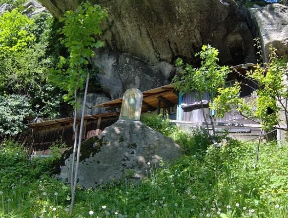 Mărturia unei pustnice ce trăiește nevăzut în munții Neamțului despre cei ce plâng și se roagă pentru lume