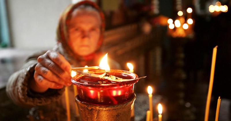 Aprinde zilnic candela în casă și vei vedea minuni! Primul lucru acesta să fie când te trezești dimineața, femeie! Binecuvântarea lui Dumnezeu se va revărsa asupra întregii case şi familii! Rugăciunea scurtă pe care să o rostești: