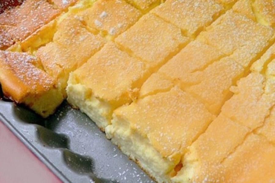 Va ieși o prăjitură delicioasă: Trebuie doar să amestecați totul într-un vas, apoi puneti la cuptor.
