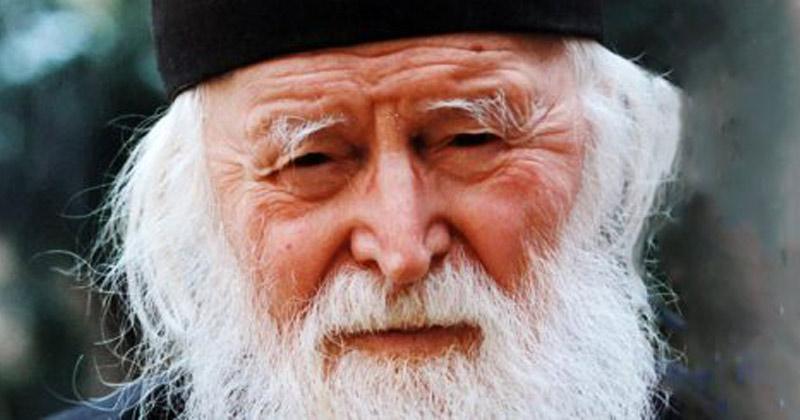 """Părintele Sofian: Prin rugăciune se poate dobândi de la Dumnezeu orice! Ca rugăciunea ta să fie vrednică de Dumnezeu, să o închei cu aceste 7 cuvinte! Înainte de """"Amin"""", să spui așa:"""