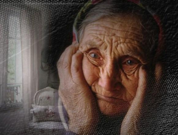"""A intrat o bătrânică de vreo 75 de ani. A dat bună ziua, a luat binecuvântare şi a cerut o Biblie. Părintele a întrebat-o: """"- Ştii să citeşti, măicuţă? – Nu, a răspuns bătrâna. – O cumperi ca s-o faci cadou copiilor sau vreunui nepot? – Nu, nu! a răspuns bătrâna. – Atunci ce faci cu ea dacă nu ştii să citeşti? O pui la icoană?"""" Îți vor da lacrimile!"""