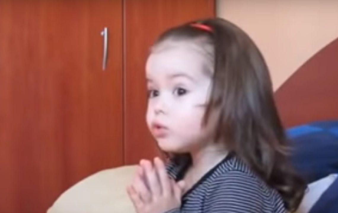 Fetița-fenomen! Știe Crezul la câțiva anișori. Modul în care se roagă te cucerește pe loc – VIDEO