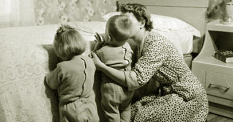 Rugăciunea care trebuie spusă zilnic de fiecare mamă, pentru binecuvântarea copiilor! Dacă te rogi permanent pentru copiii tăi, dacă îi binecuvintezi, în loc să-i blestemi, vei avea și roade alese! Rugăciunea mamei este mai puternică decât rugăciunea preotului! Iată rugăciunea!: