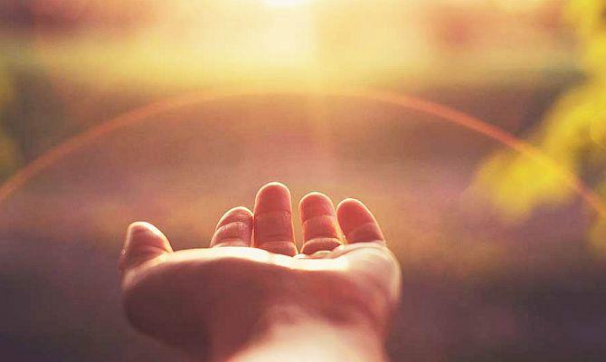 În fiecare dimineaţă, Dumnezeu binecuvântează lumea cu o singură mână, dar când vede un om smerit îl binecuvintează cu amândouă mâinile