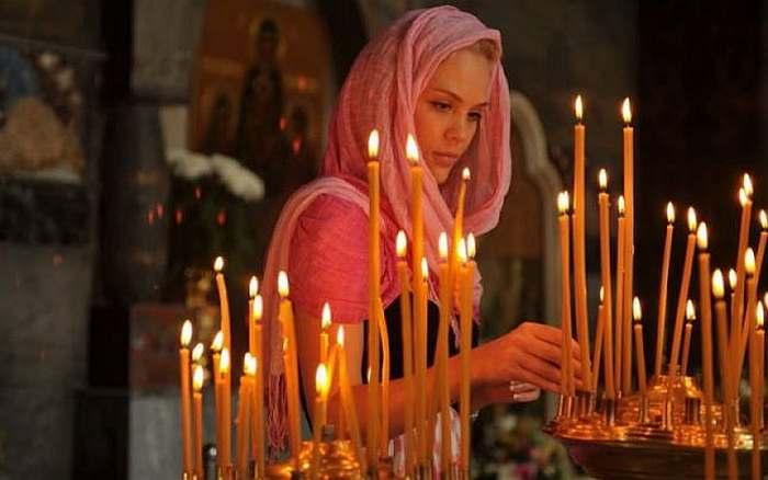 De ce poartă femeile baticuri în biserică, iar bărbații trebuie să stea cu capul descoperit? Explicita acestor rânduieli din Biserica Ortodoxă
