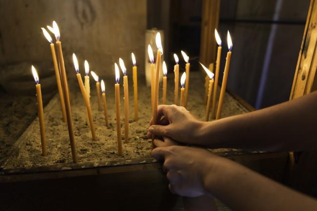 Cum trebuie aprinse lumânările la biserică şi pentru cine! Iată ce cuvinte să spui când le aprinzi pentru cei vii sau pentru cei adormiți!