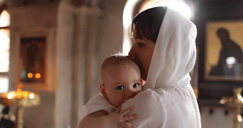 Regula pe care mulți nași nu o respectă la botezul copiilor. De ce e păcat să nu facă asta