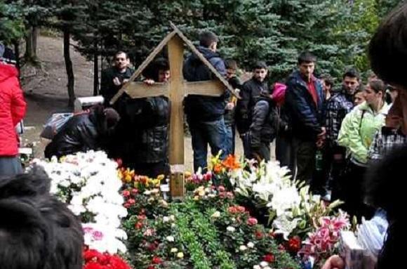 """Testamentul Pr. Arsenie Boca: """"Pentru cel ce varsă o lacrimă la mormântul meu, eu mă voi ruga la Dumnezeu!"""". Ce se petrece la mormântul părintelui Arsenie de la Prislop…"""