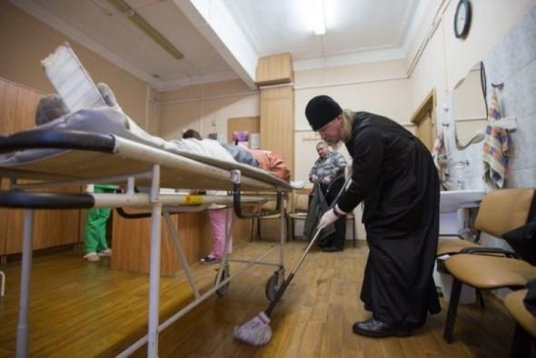 Mitropolitul ortodox care spală regulat saloanele unui spital… Motivul uimitor pentru care a ales să facă asta!