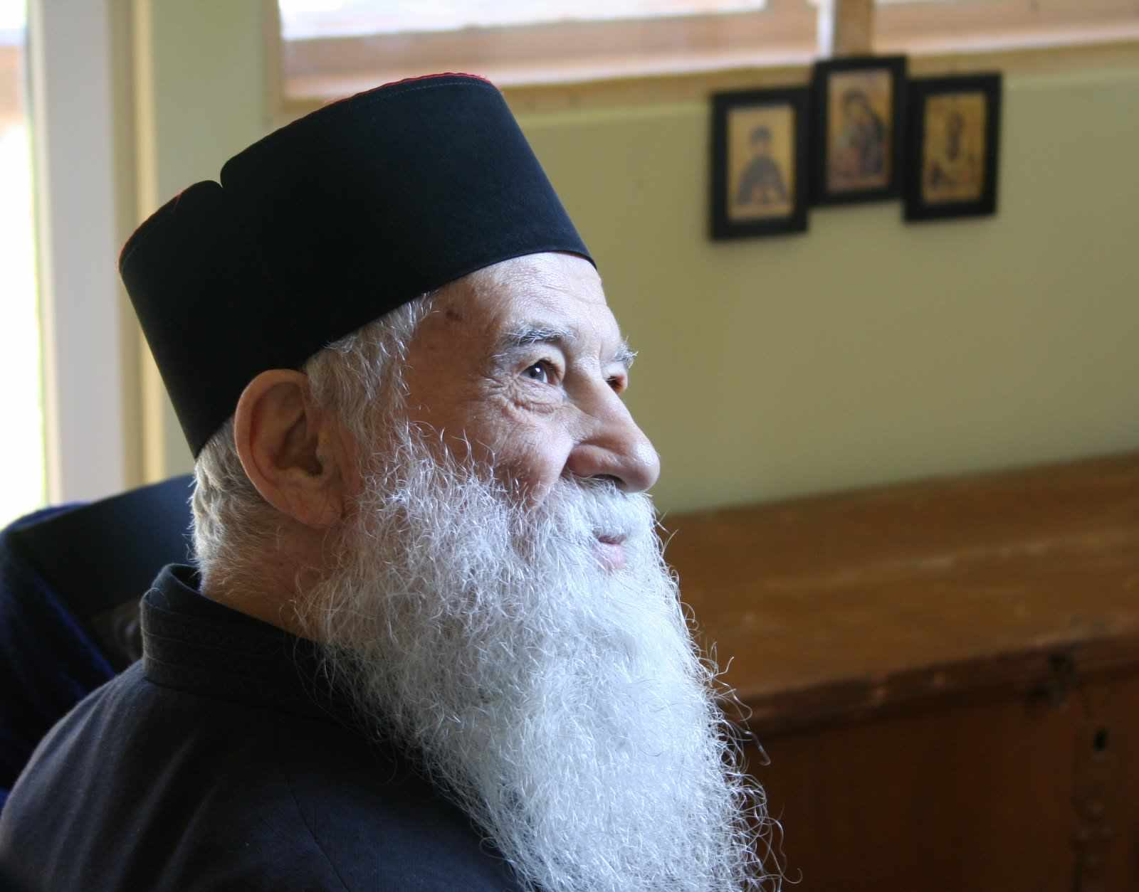 Părintele Gheorghe Calciu: Să nu sărim peste rugăciunea de dimineață! Prin ea Îi cerem lui Dumnezeu să ne apere de ispite, de mânie, de accidente