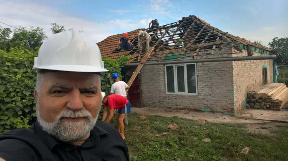 Un preot a reusit sa renoveze casa unor orfani in doar 8 zile! Cum arata casa la inceput si cum arata acum: