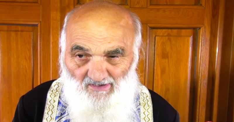 În România există un preot care postește 3 zile pe săptămână negru. Iată în ce situații a ajutat zeci de mii de români