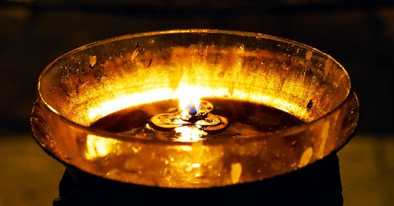 Uleiul din candelă vindecă! Rugăciune la aprinderea candelei