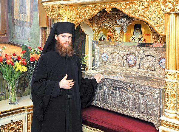 """""""După rugăciune m-am întins în pat. Deodată am văzut deasupra mea pe Sfântul Nectarie"""" Mărturia că Sfântul Nectarie a făcut adevărate minuni și a vindecat mai multe boli"""